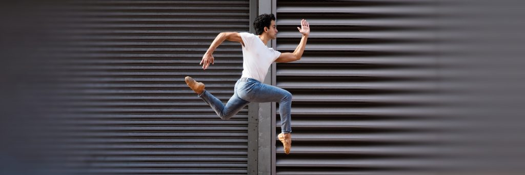Lucas Ataide leaping